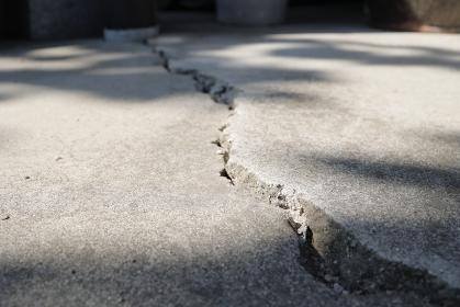 地震によってひび割れたコンクリート