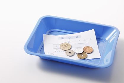 トレーの上の領収証と釣銭