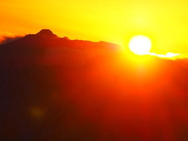 大晦の槍ヶ岳に今年最後の夕日が沈む