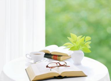 テープルの本と眼鏡とポトス