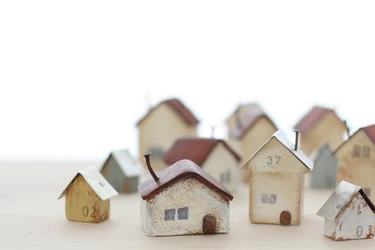 小さな材木で作った家の模型とマイホームのイメージ