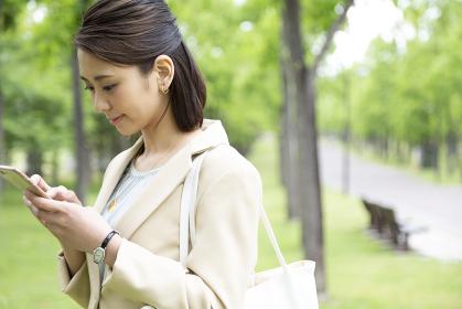 スマートフォンを持つビジネス女性