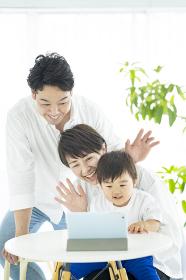 タブレットPCを使って、オンラインコミュニケーションをする親子