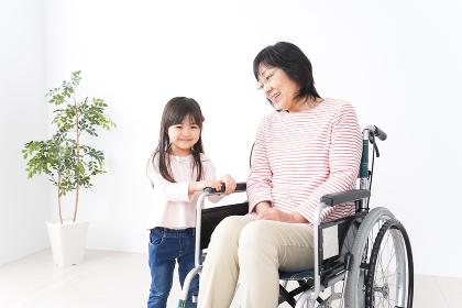 車椅子に乗るおばあちゃんと女の子