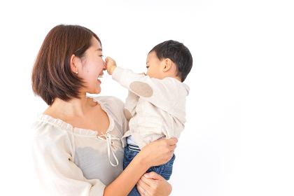 男の子を抱くお母さん