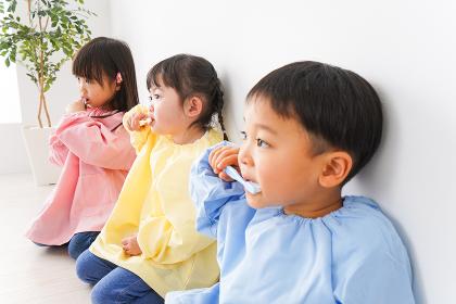 歯磨きをする子どもたち