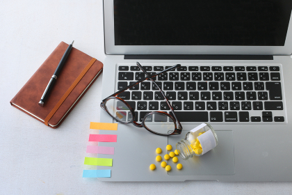 ノートパソコンと多量の仕事と疲れ
