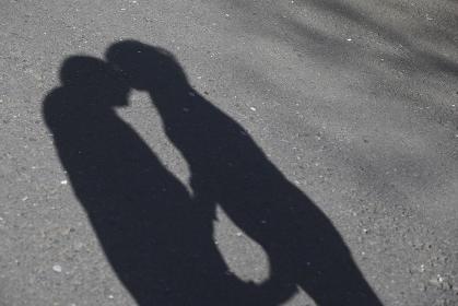 キスをするカップルの影
