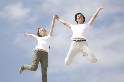 ジャンプするカップル
