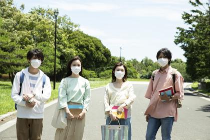 マスクをした大学生