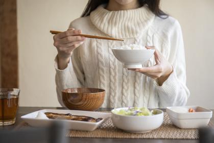 朝食を食べる若い女性の手元