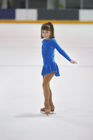 フィギュアスケートをする女の子