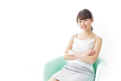 イスに座って喜ぶ女性