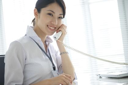 電話で話すビジネスウーマン
