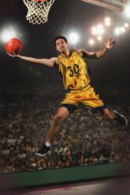 シュートをするバスケット選手