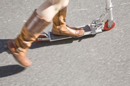 キックボードに乗る女性