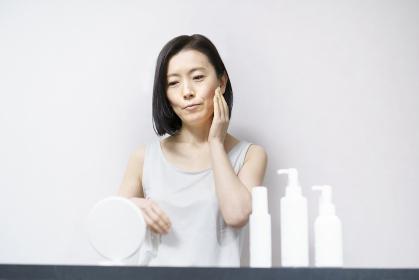 肌を触る女性(40ー50代イメージ)