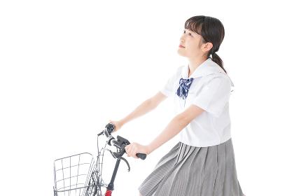 自転車通学をする若い女子学生