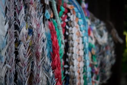たくさん吊られた千羽鶴