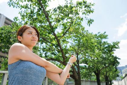 ジョギングのストレッチ準備運動をする若い女性