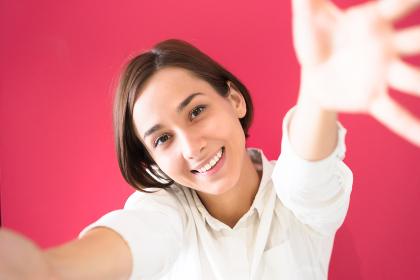 手を広げて迎える若い女性(好き・ハグのイメージ)