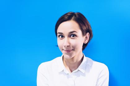 笑顔の若い女性のポートレート(カラフルな色の背景)
