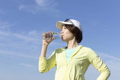 運動中に水分補給する女性