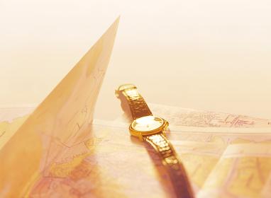 地図と腕時計