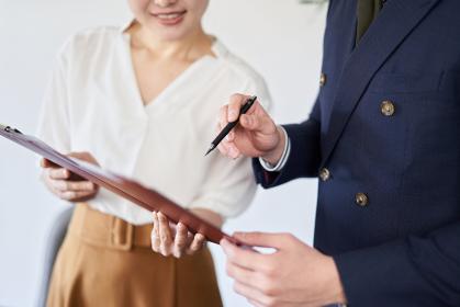 書類を確認するアジア人ビジネスパーソン