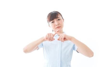 NOを示す若い看護師