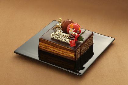 お皿に載せたいろいろな背景の上のクリスマスケーキ