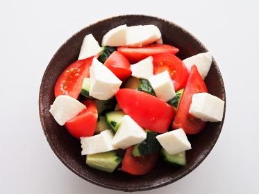 トマトとキュウリとモッツァレラチーズのサラダ