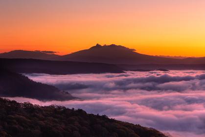 日本・北海道東部の国立公園、屈斜路湖の雲海