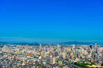 夏の青空の北九州都市景観