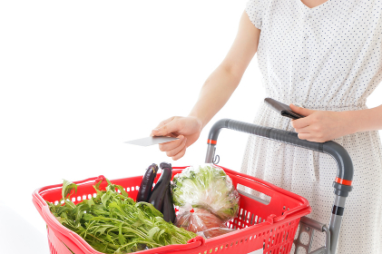 スーパーでキャッシュレス決済をする若い女性