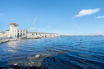 キューバ・ハバナの海辺の建物と青い海