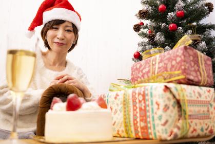 クリスマスパーティーの準備をする女性【2020】