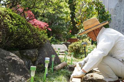 土木工事をする高齢の男性