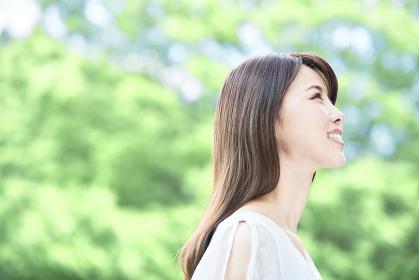 新緑の中の若い日本人女性