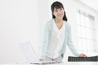 ノートパソコンと笑顔の女性