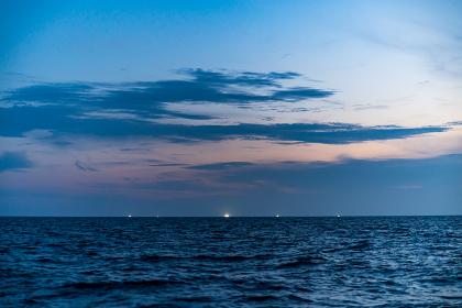 夏の玄界灘のイカ釣り船