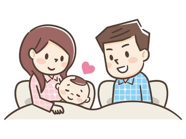 赤ちゃんと添い寝する家族