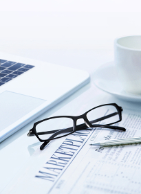 パソコンとメガネと新聞