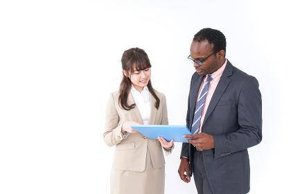 オフィスでコミュニケーションするビジネスパーソン
