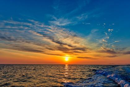 玄界灘に昇るオレンジ色の朝日