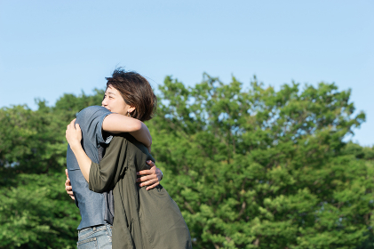 抱き合うカップル(愛情・ハグ)