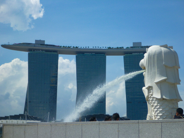 シンガポールのシンボルであるマーライオンとその奥に見えるマリーナベイサンズホテル