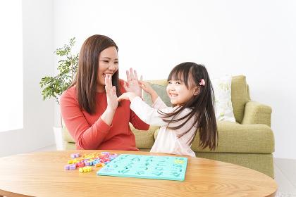 家で勉強をする親子