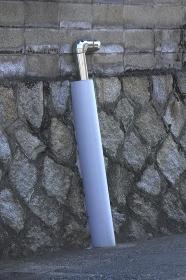 民家の石垣のステンレスパイプの保護