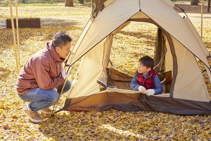 キャンプを楽しむ日本人親子